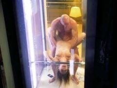 Šukají na veřejnosti v proskleném výtahu