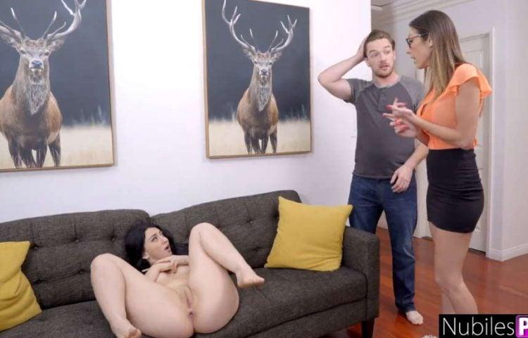 zrzka masturbuje na pohovce