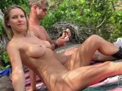 Nahá opalovačka a sex v přírodě