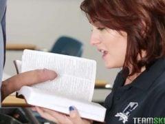 Učitel nutí žákyni předčítat