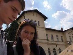 Zastavil turisty v Praze a ojel mu přítelkyni