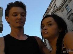 Prodá v Praze přítelkyni, aby měl na zásnubní prsten