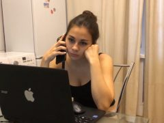 Mladá holka hledá práci přes internet