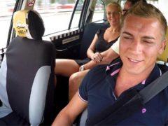 Pražský taxikář veze šíleně nadržený pár