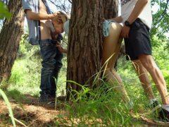 Dva borci ojedou holku zaseklou mezi stromy