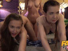 Tři lesbičky mají trojku na hostelu
