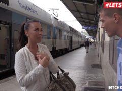 Turistka v Praze požádá o pomoc mladíka