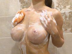 Umývá své dokonalé tělo