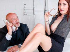 Německá sekretářka podrží plešatému šéfovi