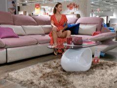 Sexy žena provokuje v obchodě s nábytkem