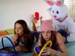 Velikonoční zajíček opíchá dvě kamarádky