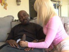 Nadržená blondýna zkusí svého prvního černocha