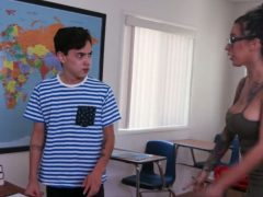 Perverzní učitelka zneužije žáka