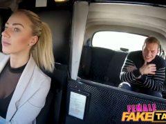 Česká taxikářka svede zákazníka